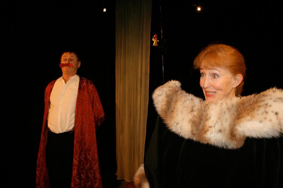 Tomt på loftet sagor ur vrårna - Panikteatern (dekorativ bild på två skådespelare i lustiga kostymer)