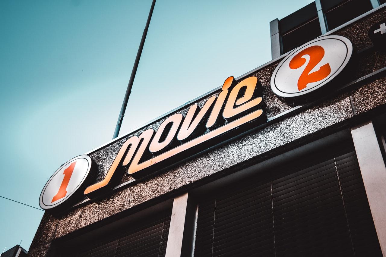 Dekorativ bild på en skylt där det står movie
